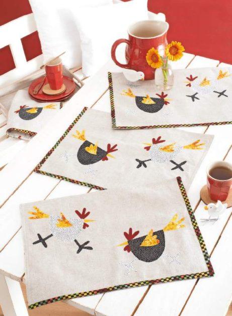 Vrolijke kippen op tafel