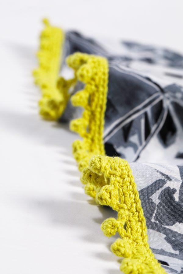 randje sjaal ingezoomd, mosterdgeel trendy