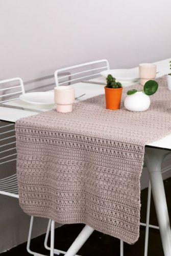Iedereen die van een brocante interieur houdt zal 'weglopen' met deze schitterende tafelloper. Het is de onbetwiste blikvanger in je keuken.